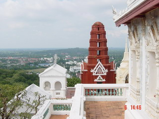 The red Jedi where locates in the east and adjoins to wat Phra Keaw