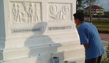 Gor taking a close look at the inscription on the statue