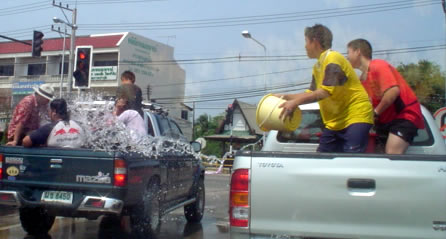 songkran_waterfight